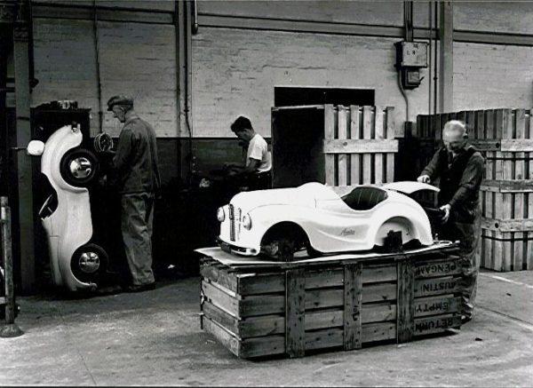 Austin-J40-montage-in-fabriek-600x437