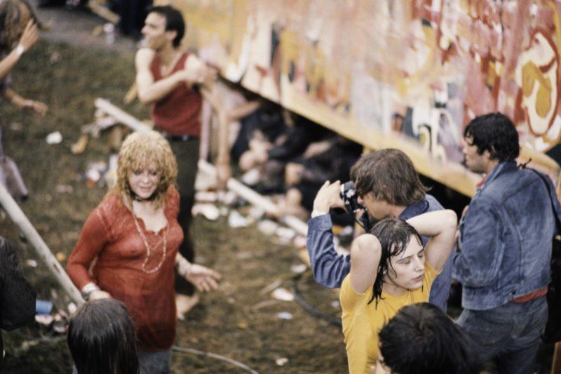 Vincent Mentzel  fotografeert publiek -  foto door Ed van der Elsken / Nederlands Fotomuseum